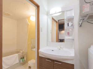 かりゆしコンドミニアムリゾート金武 ヤカシーサイド:【洗面所】独立したバスルームとトイレ。明るく広く使いやすい洗面台にはドライヤー、歯ブラシ等をセット。