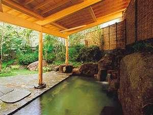 【1階 露天風呂】緑が美しい眺め。心地良い風を感じながら半身浴でリラックス