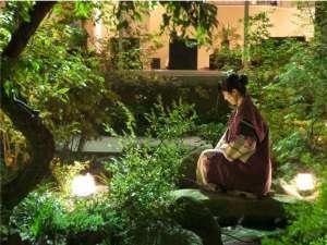 【1階 中庭】四季の花が咲き、緑美しい庭園。夜はライトアップされ、昼間とは違った雰囲気を。