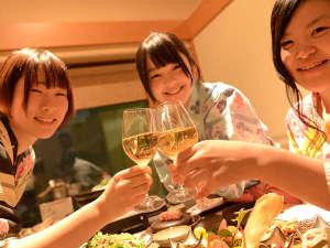 横手温泉 ホテルプラザ迎賓:みんなで「乾杯♪」美味しいお酒が揃ってる。秋田は日本酒、ワインも美味しい