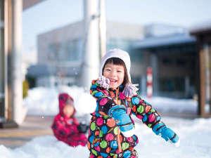 横手温泉 ホテルプラザ迎賓:【冬】真っ白な雪にゴロン!親子で楽しむ秋田の冬はいかがですか?