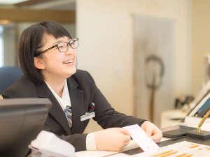 横手駅前温泉 ホテルプラザ迎賓:【1階 フロント】笑顔でお待ちしております。館内のこと、周辺観光地など、お気軽にお尋ねください。