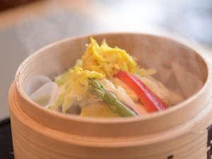 横手駅前温泉 ホテルプラザ迎賓:【朝食】旬の地元産野菜が目の前で蒸し上がります。
