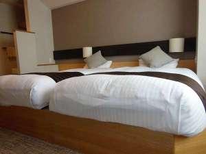 横手温泉 ホテルプラザ迎賓:【和モダン客室】寝具同士をくっつけると、ご家族で川の字になれるベットです。