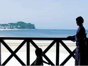 篠島離宮 真砂 悠々庵:ウッドデッキにて‥目の前(徒歩0分)には白砂のビーチと青い海が広がり南国気分。名古屋から約1時間。