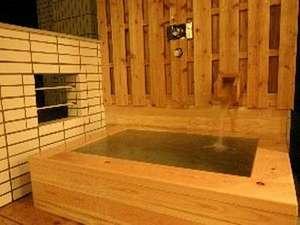 篠島離宮 真砂 悠々庵:客室の露天風呂。海とビーチを見ながらゆったりとご入浴下さい。