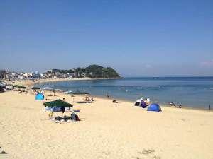 篠島離宮 真砂 悠々庵:宿前の篠島サンサンビーチ。約800m続く白砂はウミガメも産卵に来るほど美しい。徒歩0分