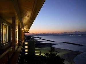 夕焼けの弓ヶ浜海岸線を望む