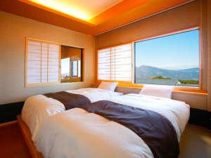 3つの貸切風呂と露天付き客室が人気の宿 旅館さくらい:和のスイート。寝室。窓から山々が見渡せる。