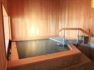 別荘佳景:【展望風呂】青森ヒバと十和田石で仕上げた内風呂。大窓からは雄大な景色をご堪能いただけます。