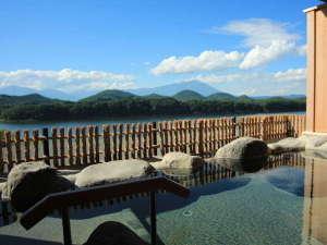 別荘佳景:【露天岩風呂】湯を楽しみながら自然を感じられる広々とした露天風呂。岩手山へ連なる山々が一望できます。