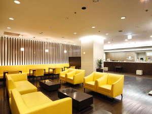 スマイルホテル仙台国分町:3階ロビー 明るいスマイルカラー 1階にはコンビニ、B1階・2階には飲食店・美容室あり