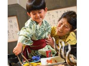 十和田湖畔温泉 とわだこ賑山亭:子供は何でも自分でやってみたい!焼けたら自分でひっくり返してみよう♪そんな楽しみもある炉端プラン★