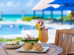 宮古島東急ホテル&リゾーツ:【バー ムーンシェル】海を眺めながらリゾート気分を満喫