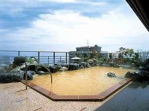 平成館 海羊亭:「12F露天風呂」遠くまで広がる津軽海峡を眺められます。天候や気温により湯色の変化ございます)