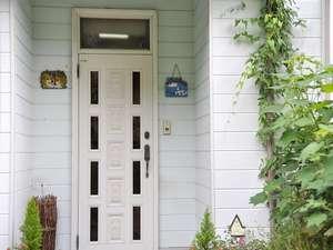ペンション 紙風船:お客さまを暖かくお迎えする玄関