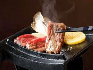 神の宮温泉 かわら亭:かわら亭名物『国産牛瓦陶板焼』は焼き立てをご賞味ください