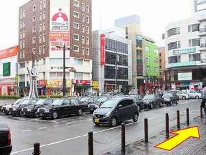 【ホテルへの行き方・2】 駅前ロータリーに沿って、そのまま信号までお進みください。
