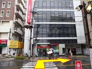 【ホテルへの行き方・3】 正面が三菱東京UFJ銀行です。横断歩道を渡って、右へお進み下さい。