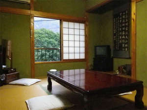 門田旅館:【客室例】ご夫婦やご家族で、和室ならではの落ち着いた風情に包まれながら、のんびりとお寛ぎ下さい。