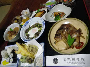門田旅館:≪ご夕食例≫日替わりの会席料理をお召上がり下さい。毎日メニューが変わるので連泊のお客様にもオススメ☆