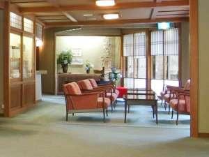 【ロビー】四季折々の移ろいを見せる日本庭園。ゆったりと景色をご覧くださいませ。