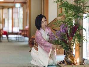 【生け花】館内を彩るお花は、季節やお部屋の雰囲気に合わせて、スタッフが生けております。