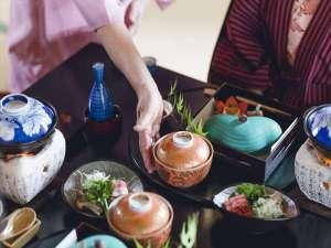 【お部屋食】当館のスタッフが、出来立てのお料理を提供致します。