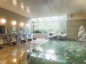 【殿の湯(朝):源泉かけ流し瑪瑙風呂】朝日が差し込む大浴場