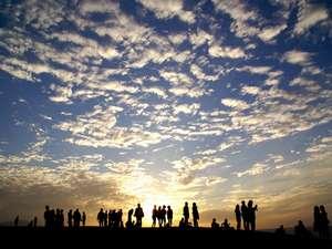 <夕暮れ時の鳥取砂丘…> 山陰ならではの郷愁ですネ。ぜひ一度ご体験を…!