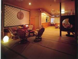 和造りの料理と湯の宿 かず美:ロビーより、階段、廊下など、全館畳敷きにて、ごくつろぎ頂けます。