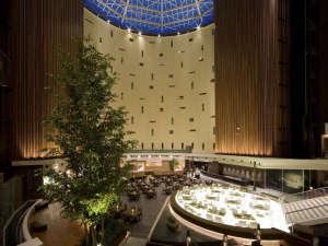 東京ベイ舞浜ホテル:夜のアトリウムはジャズの音色と間接照明が落ち着いた雰囲気を演出します。