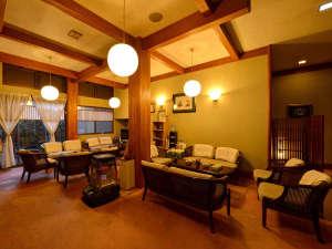 笠間 割烹旅館 城山:【館内/ロビー】あたたかい光に照らされたロビーではゆっくりお過ごしください。