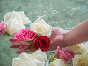 笠間 割烹旅館 城山:【大浴場】毎朝摘みたてのバラを浮かべた香り漂うバラ風呂です。