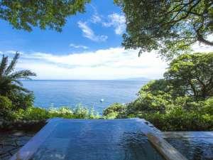 吉祥CAREN:数々の雑誌の表紙を飾ってきた、吉祥CAREN自慢の露天風呂『碧海』。海・空・緑に囲まれた珍しい温泉です。