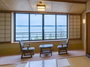オーシャンビュー客室からの眺め。目の前のゆったりパーク奥に海原が広がる。