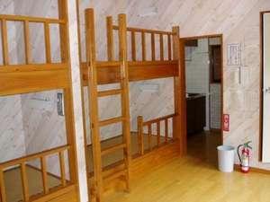 なかんじょ川 コテージ:コテージの中には2段ベッドが2台。お布団の追加(有料)も可能です。