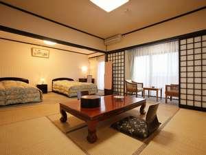 【客室】和洋室は、ツインベッドと和室8畳との広々した空間です