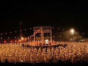 【千人灯籠踊り】8月16日21時~の公演では、千人の女性が見る人を優雅で幻想的な世界へと誘います