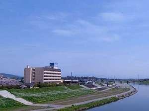 【外観】早めに到着されたら、当館目の前の「菊池川」沿いをお散歩されるのも気持ちが良いです