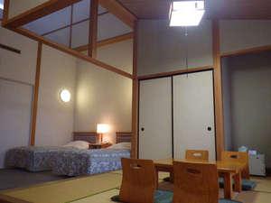 *【和洋室】ベット2台と畳の間があるお部屋です