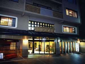 和泉屋旅館:夕暮れ、あたたかい光がもれるエントランス。