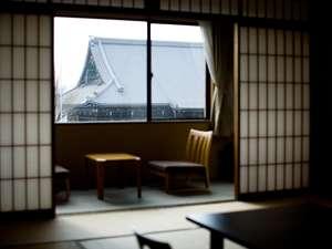 和泉屋旅館:お部屋からは西本願寺の大屋根が一望。