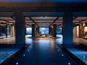 しこつ湖鶴雅リゾートスパ水の謌:◆ウエルカムラウンジ(春~秋)/水が奏でる水琴窟の謌がゲストを迎えます。