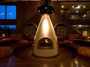 しこつ湖鶴雅リゾートスパ水の謌:◆客室ラウンジ[アペソ]/アイヌ文化を取り入れた囲炉裏には、暖かな炎が灯ります