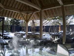 """しこつ湖鶴雅リゾートスパ水の謌:◆冬の露天風呂/お湯の柔らかさとしっとり感から""""美人の湯""""と呼ばれる支笏湖温泉。冬には雪見露天を。"""