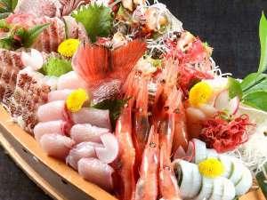 あわら温泉 ゆ楽 庭園巨石風呂 YURAKU:【舟盛】 ※日本海の味覚とれとれ★ピチピチの旬魚をドーンと!海近くのお宿だから魚がウマイ♪