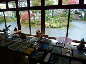 ホトリニテ:【1階BOOK&喫茶室】中から外の眺め、縁側あり。たくさんの本がございます。