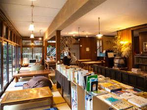 ホトリニテ:【1階休憩室】たくさんの本がございます。縁側で、ゆっくりとした時間をお過ごし下さい。