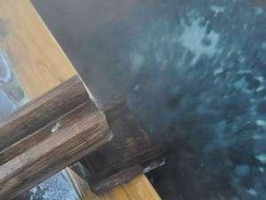 湯守りの宿 田中屋:【貸切風呂・檜風呂】源泉100%かけ流しの温泉でリラックスした時間を満喫してください。